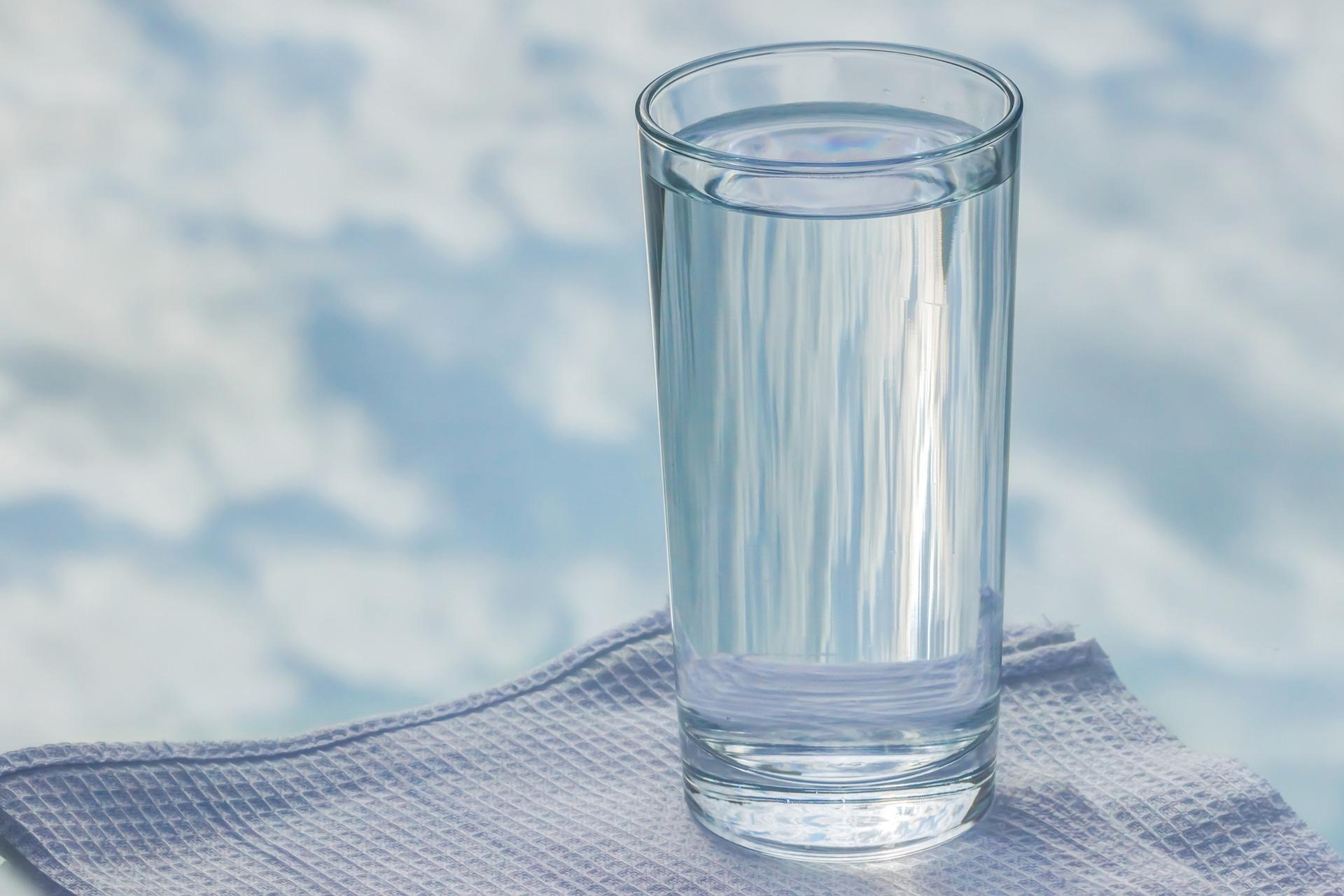 グラスに入った透き通った水