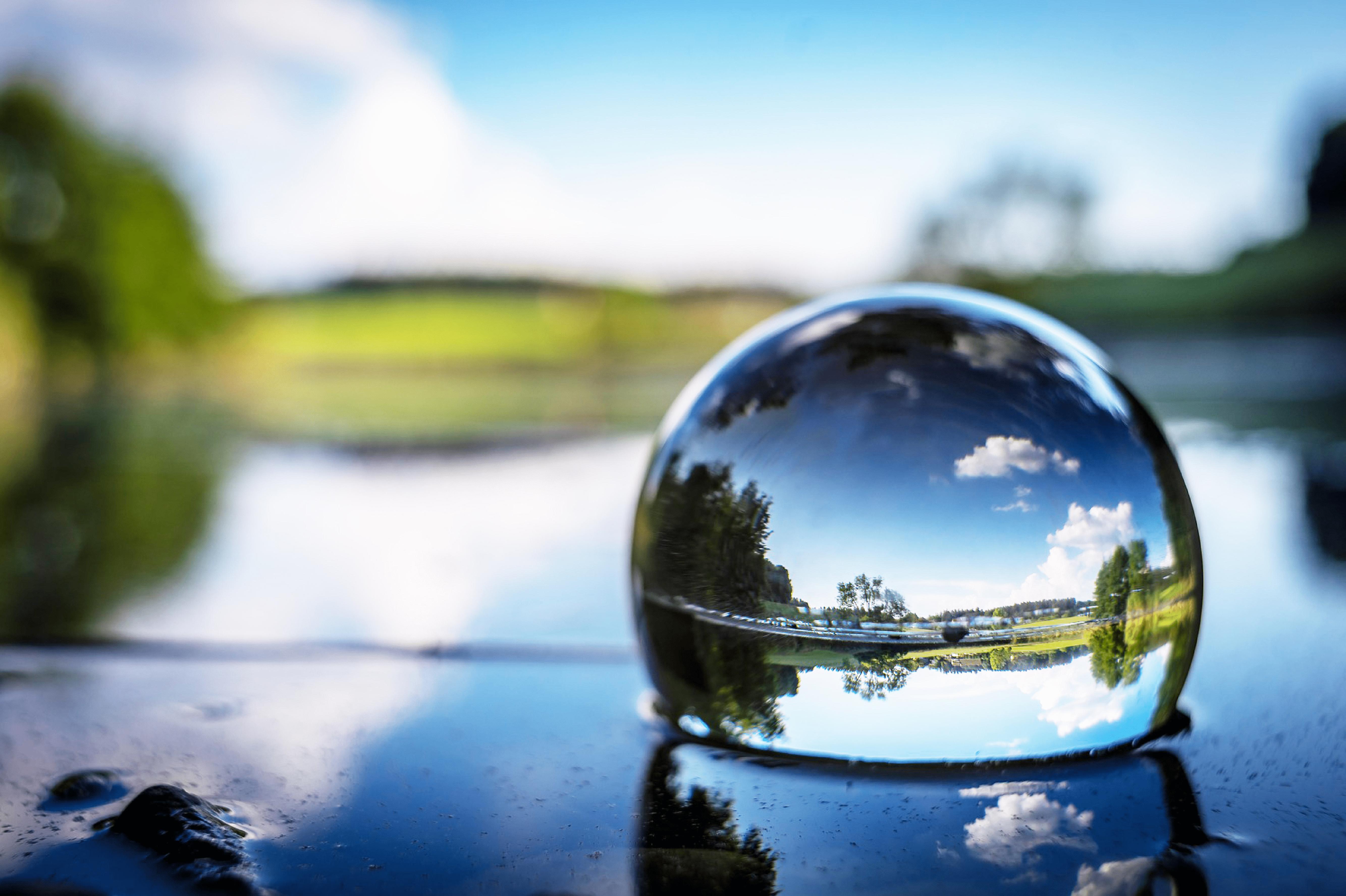 景色の映った球体の水
